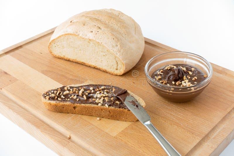 Propagação da avelã do pão caseiro e do chocolate foto de stock