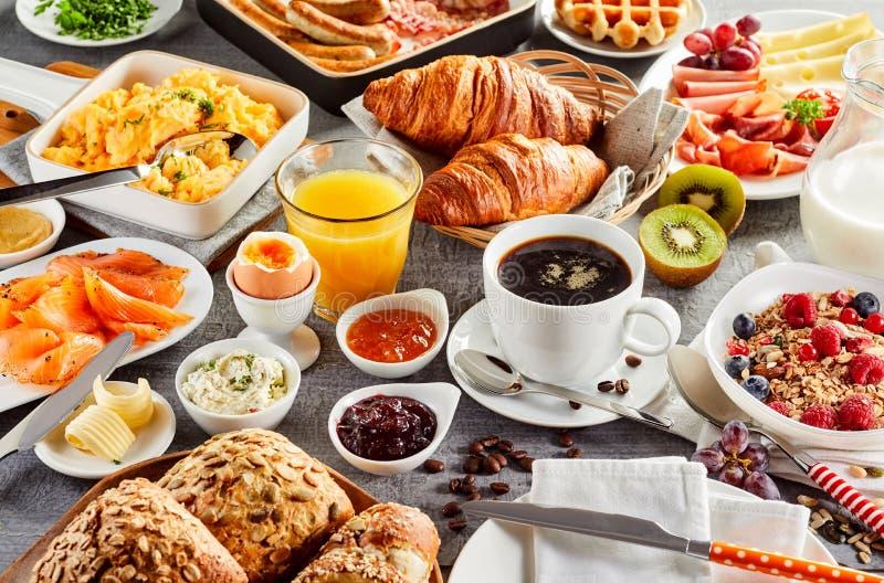 Propagação de café da manhã saudável enorme em uma tabela imagens de stock royalty free