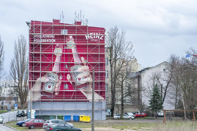 Propaganda da ketchup de Heinz pintada na parede grande imagens de stock royalty free