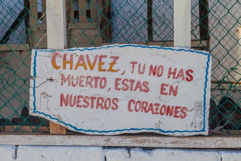 Propaganda dichtbij Baracoa, Cuba Het zegt: Chavez, u stierf niet, blijft u in ou hart stock afbeeldingen