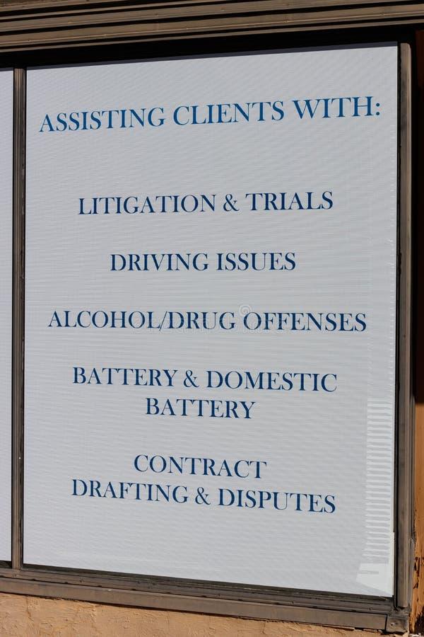 Propaganda do escritório de advogados com ofensas que o advogado se especializa em I imagens de stock