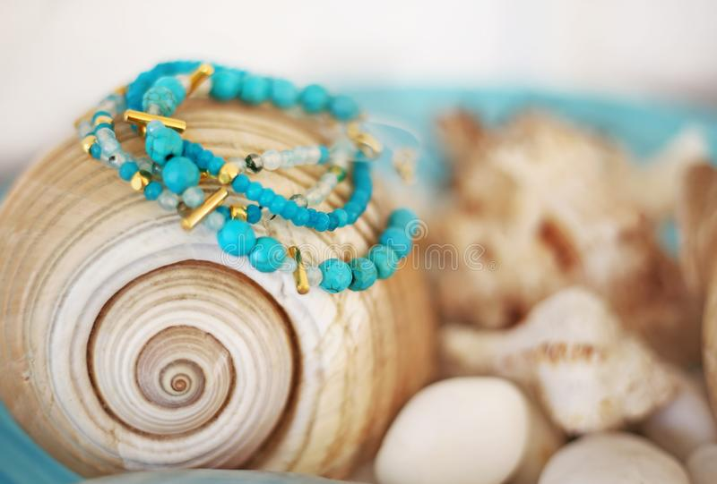 Propaganda dos braceletes das pedras semi preciosas de turquesa imagem de stock royalty free