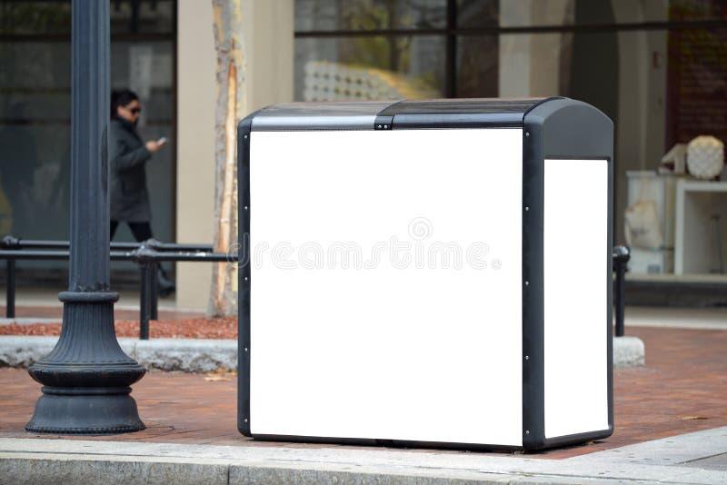 Propaganda exterior no quiosque de reciclagem solar fotografia de stock royalty free