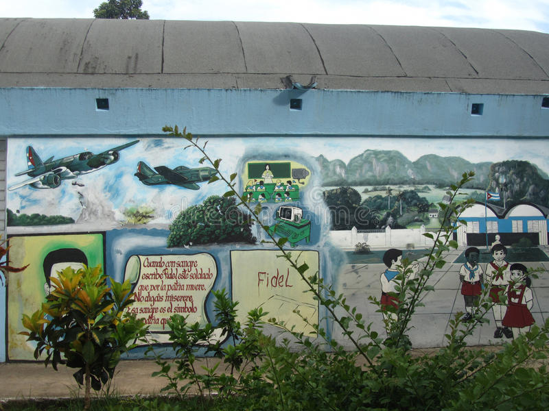 Propaganda murales in einer kubanischen Schule stockbild