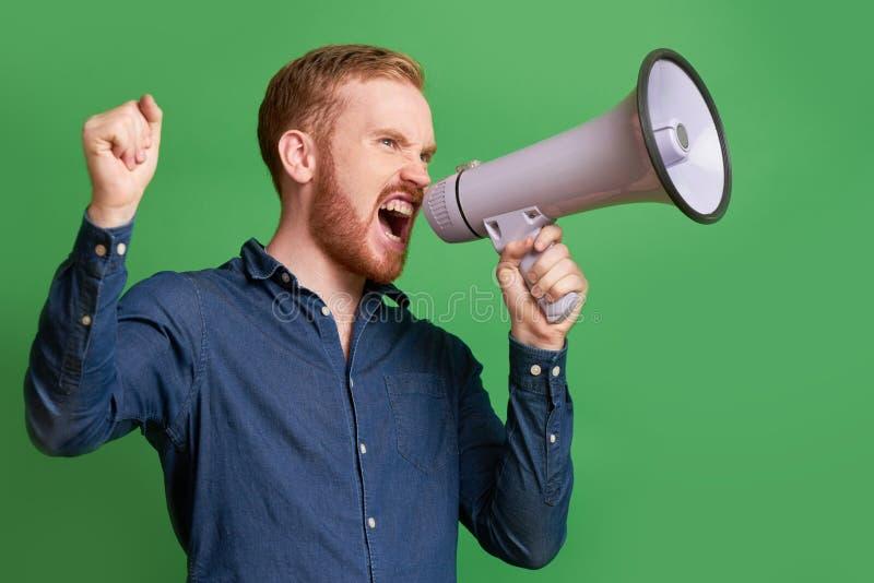 Propagandist, der im loudspeake schreit stockfotos
