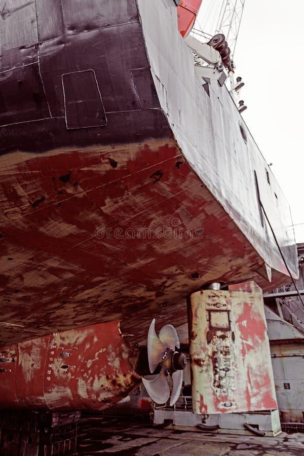 Propeller av lastfartyget Torr skeppsdocka Sikt fr?n akter rostigt Innan att upprepa arbete royaltyfri fotografi