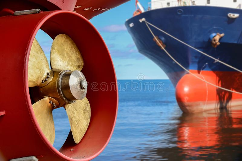 Propeller av lastfartygreparationen redan i skeppsvarv efter underhåll royaltyfri bild