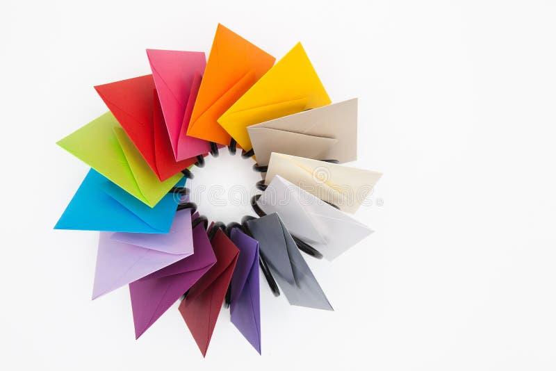 Propeller van gekleurde enveloppen op het witte bureau royalty-vrije stock fotografie