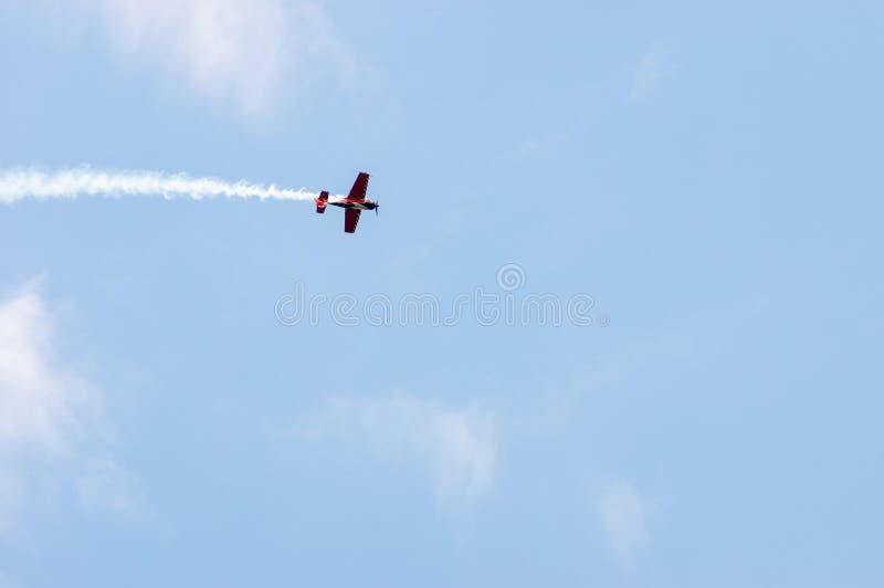 Propellerflugzeug, das einen Rauch Contrail schleppt stockbilder