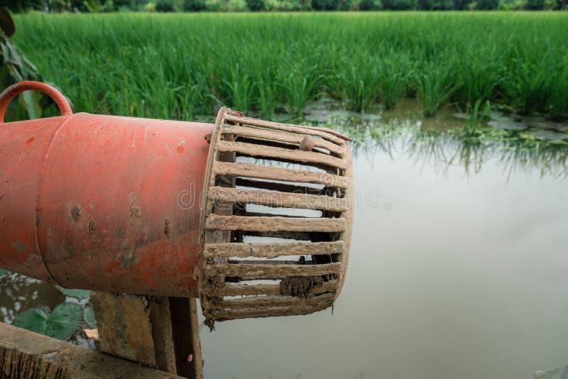Propellerpomp voor cultuur in landbouwland stock afbeeldingen