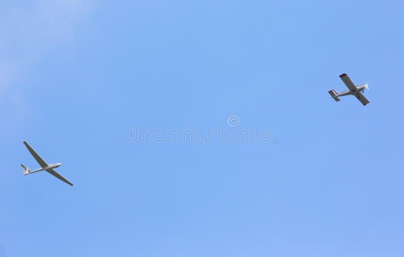Propellervliegtuig die sailplane slepen stock foto
