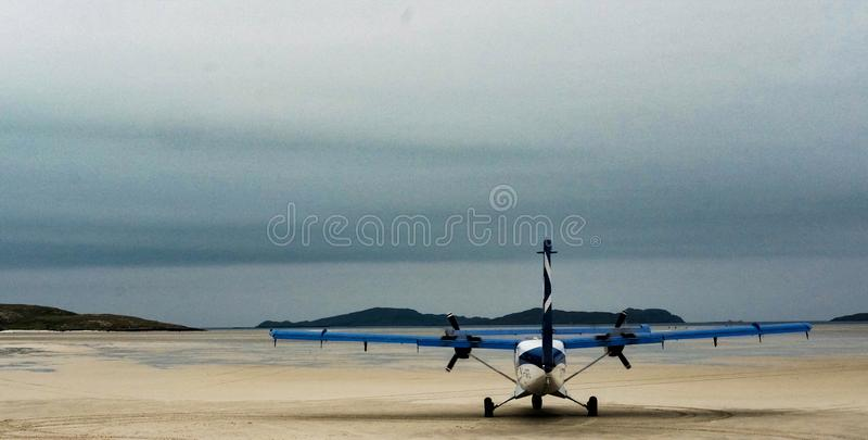 Propellervliegtuig op het Eiland van Barra-strand royalty-vrije stock foto
