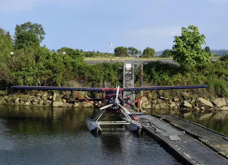 Propellerwatervliegtuig bij het dok wordt vastgelegd dat royalty-vrije stock fotografie