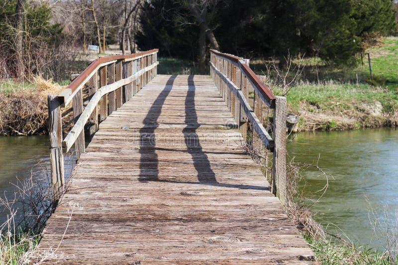Proper gammal träbro över Plattet River royaltyfria foton