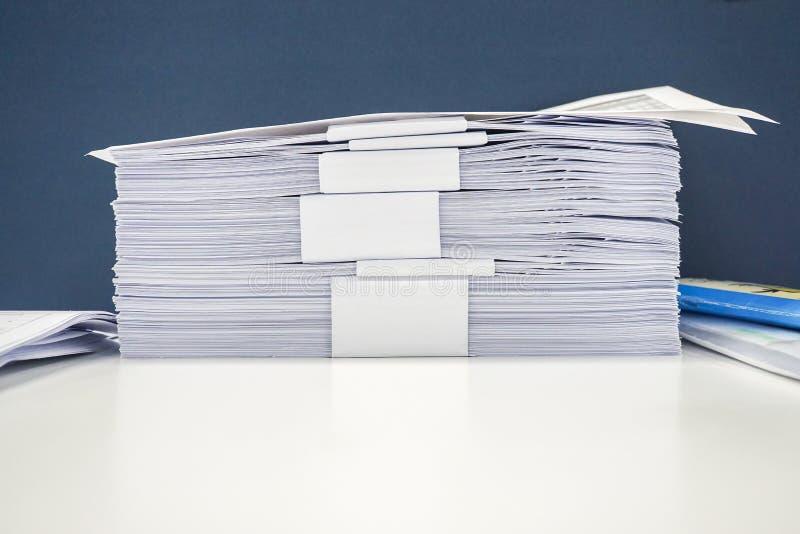 Proper hög för dokument A4 på kontorsskrivbordet arkivfoto
