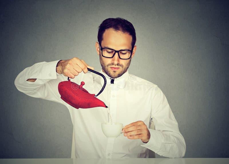 Proper man som dricker te enligt tradition arkivfoton