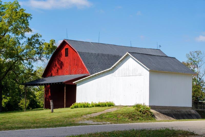 Proper röd och vit ladugård arkivfoto