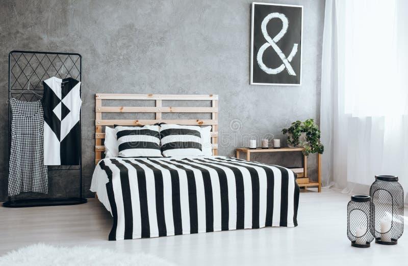 Propere modieuze slaapkamer stock fotografie