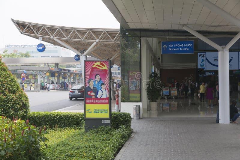 Propganda-Plakat am Flughafen in Ho Chi Minh, Vietnam lizenzfreies stockbild