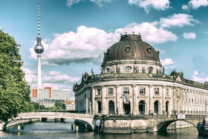 Prophezeien Sie Museumsinsel, Bodemuseum, Museumsinsel und Fernsehturm auf Alexanderplatz, Berlin, Deutschland stockfoto