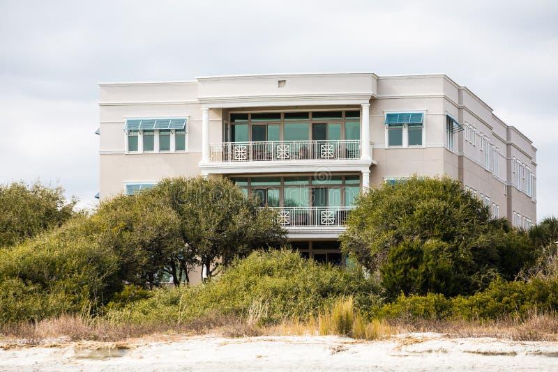 Propiedad horizontal de lujo de dos pisos en la playa imagen de archivo
