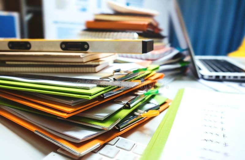 Propiedad que dirige la tableta de trabajo del escritorio del contratista con madera ho imagenes de archivo