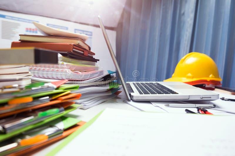 Propiedad que dirige la tableta de trabajo del escritorio del contratista con madera ho foto de archivo libre de regalías