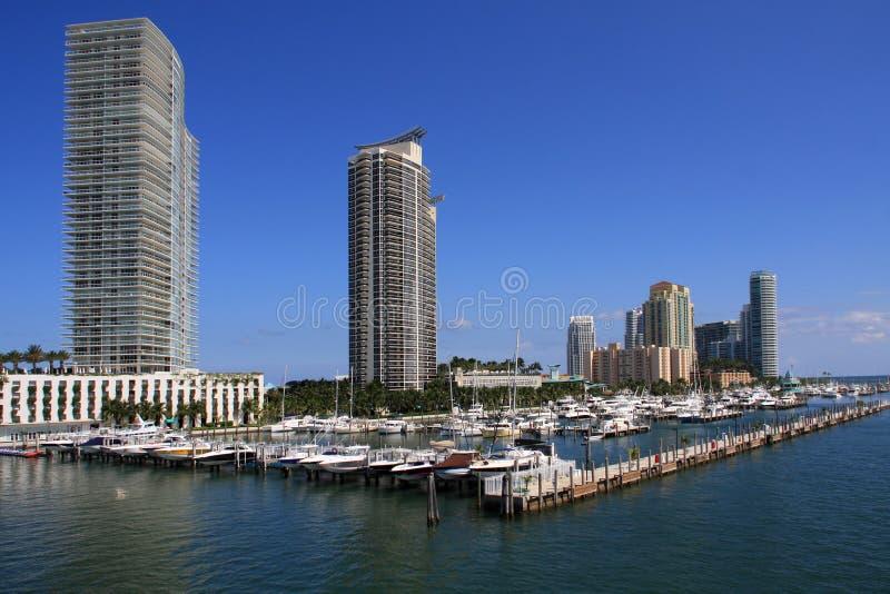 Propiedades horizontales a lo largo del puerto deportivo de Miami Beach fotos de archivo libres de regalías