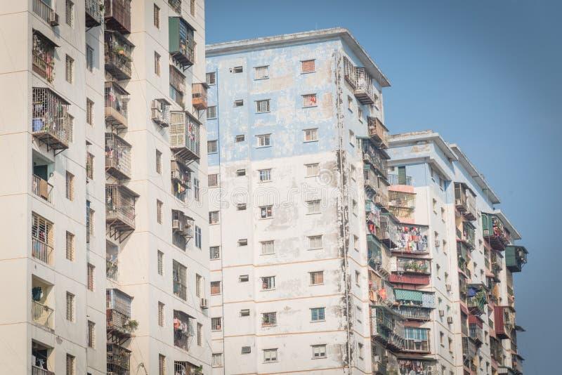 Propiedades horizontales típicas con ropa de la ejecución sobre el cielo azul en Hanoi, Vietnam fotos de archivo libres de regalías