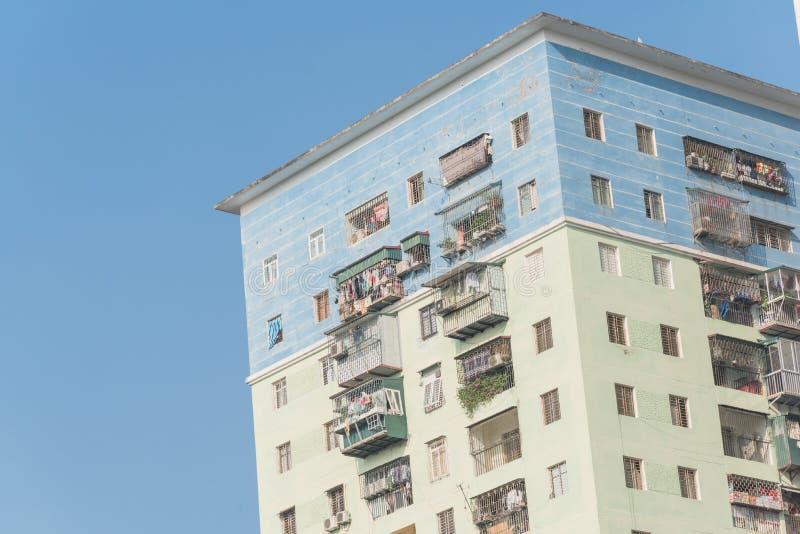 Propiedades horizontales típicas con ropa de la ejecución sobre el cielo azul en Hanoi, Vietnam fotografía de archivo