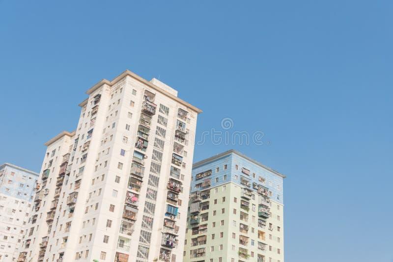 Propiedades horizontales típicas de las operaciones de búsqueda con ropa de la ejecución sobre el cielo azul en Hanoi, Vietnam foto de archivo