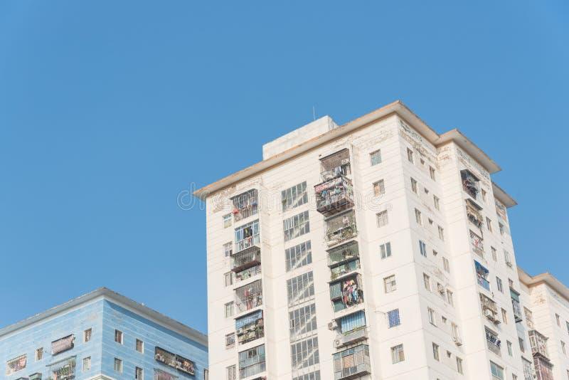 Propiedades horizontales típicas de las operaciones de búsqueda con ropa de la ejecución sobre el cielo azul en Hanoi, Vietnam imágenes de archivo libres de regalías