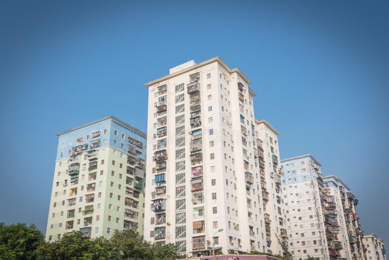 Propiedades horizontales típicas de las operaciones de búsqueda con ropa de la ejecución sobre el cielo azul en Hanoi, Vietnam fotos de archivo