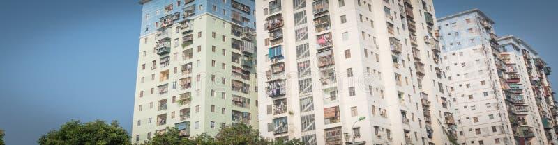 Propiedades horizontales típicas de las operaciones de búsqueda panorámicas con ropa de la ejecución sobre el cielo azul en Hanoi fotografía de archivo libre de regalías