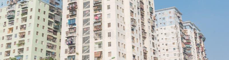 Propiedades horizontales típicas de las operaciones de búsqueda panorámicas con ropa de la ejecución sobre el cielo azul en Hanoi foto de archivo libre de regalías