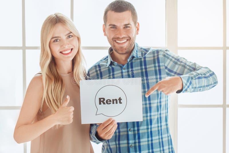 Propiedades inmobiliarias jovenes del apartamento del alquiler de los pares junto fotos de archivo libres de regalías