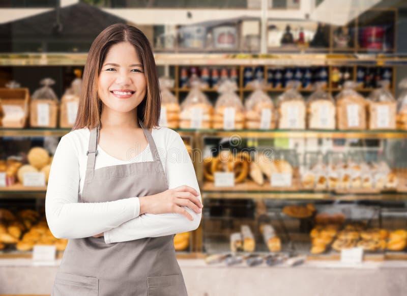 Propietario de negocio con el fondo de la tienda de la panadería imagenes de archivo