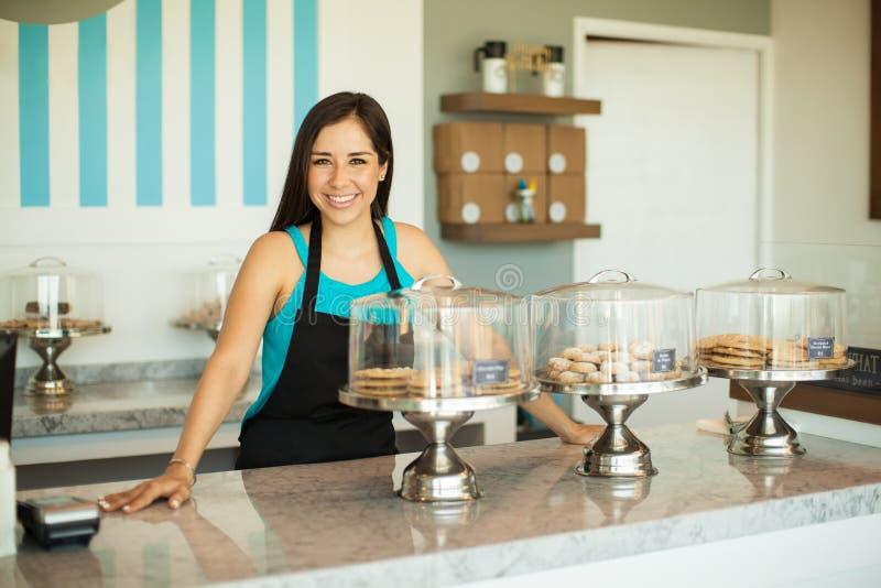 Propietario de negocio en una panadería foto de archivo libre de regalías