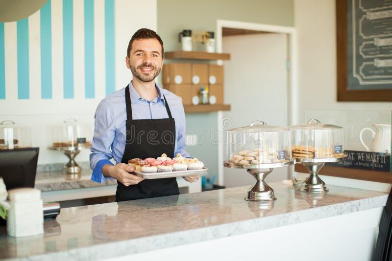 Propietario de negocio feliz en una panadería imágenes de archivo libres de regalías