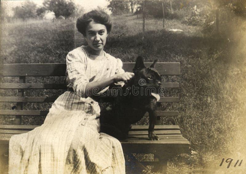 Propietario del perro de la vendimia imagen de archivo