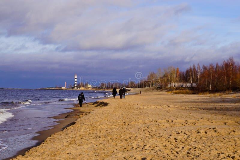 Prople marchant par le littoral image libre de droits