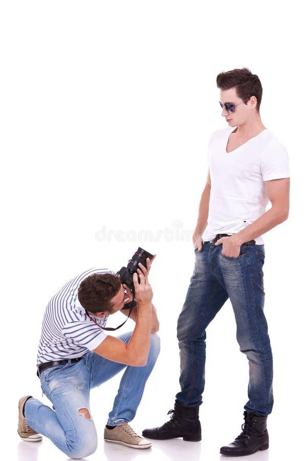 Proponendo per un fotografo professionista fotografia stock libera da diritti