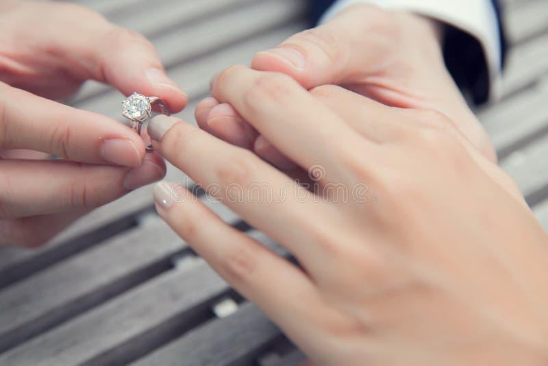 Proposition de mariage avec la bague à diamant images libres de droits