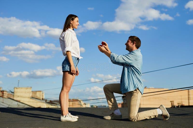 Proposition inattendue sur le toit photos stock