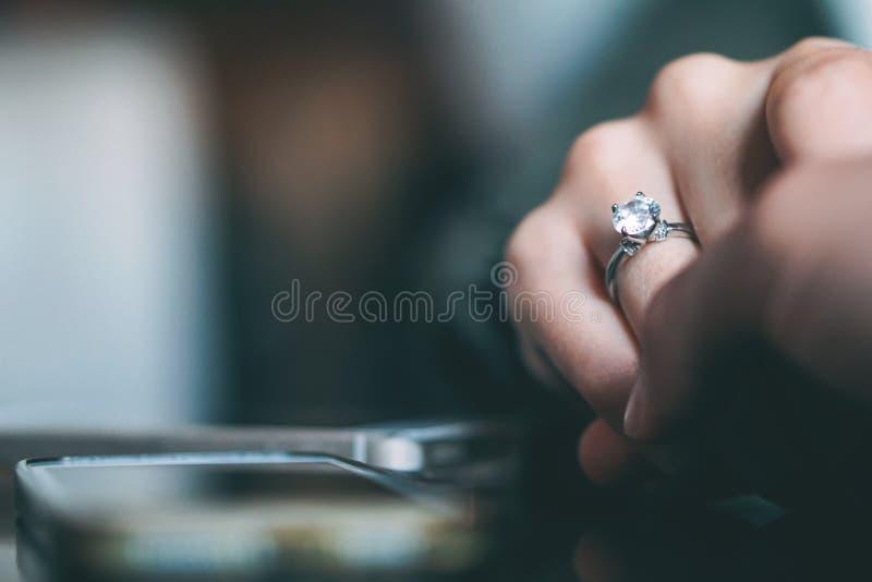 Proposta de união do homem - noivo que propõe a sua amiga se casar - conceito do relacionamento dos povos, presente do anel e fotografia de stock royalty free