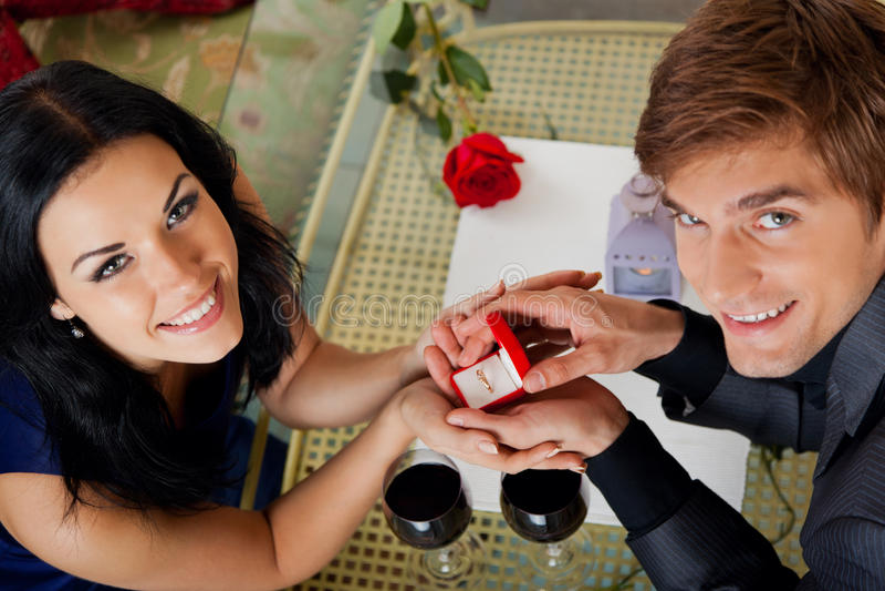 A proposta de união, homem dá o anel a sua menina imagens de stock