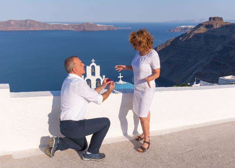 Proposta de união romântica na ilha idílico de Santorini foto de stock