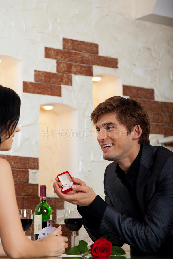 Proposta di matrimonio, anello di elasticità dell'uomo alla sua ragazza immagini stock libere da diritti