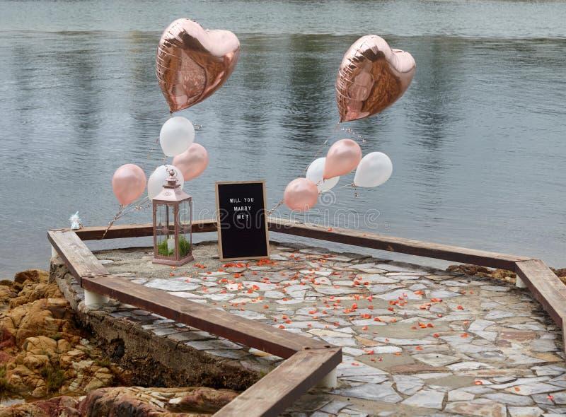 Proposta do passeio à beira mar com balões do ouro imagens de stock royalty free