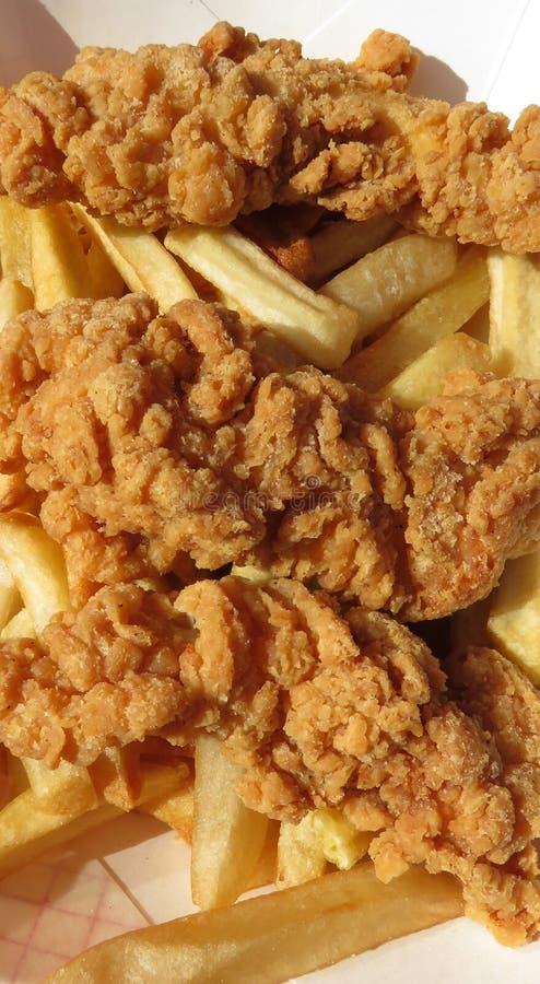 Propostas e batatas fritas da galinha foto de stock